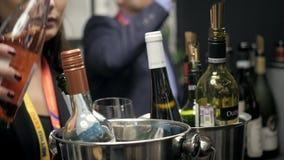 21 Μαρτίου 2018, Μόσχα, ΡΩΣΙΑ: Το ΜΕΤΡΟ EXPO, ανώτερο ζεύγος φραγμών κρασιού απολαμβάνει το ποτό που ο επαγγελματικός μπάρμαν χύν απόθεμα βίντεο