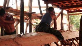 5 Μαρτίου 2016 Nyaungshwe, το Μιανμάρ Οι εργαζόμενοι χτίζουν μια νέα βάρκα στο Μιανμάρ κοντά στην κινηματογράφηση σε πρώτο πλάνο  απόθεμα βίντεο