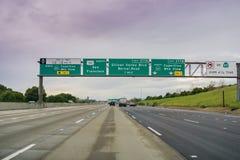 20 Μαρτίου 2017 - SAN Jose/CA/USA - που πλησιάζει μια ανταλλαγή αυτοκινητόδρομων μια νεφελώδη ημέρα στοκ εικόνα