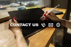 Μας ελάτε σε επαφή με κουμπί και κείμενο στην εικονική οθόνη Έννοια επιχειρήσεων και τεχνολογίας Στοκ εικόνες με δικαίωμα ελεύθερης χρήσης