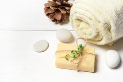 Μασάζ ή aromatherapy σύνολο: πετρέλαιο, πέτρες και σαπούνι Στοκ Φωτογραφία