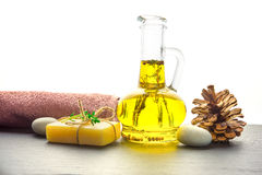 Μασάζ ή aromatherapy σύνολο: πετρέλαιο, πέτρες, σαπούνι και πετσέτα Στοκ εικόνες με δικαίωμα ελεύθερης χρήσης