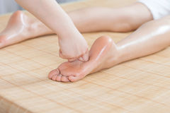 Μασάζ ποδιών για τη νέα κυρία στο σαλόνι SPA Στοκ Φωτογραφίες