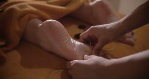 Μασάζ ποδιών με τις καυτές πέτρες στη SPA ημέρας απόθεμα βίντεο