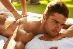 Μασάζ σώματος SPA Άτομο που απολαμβάνει χαλαρώνοντας το πίσω μασάζ υπαίθρια Στοκ Εικόνες