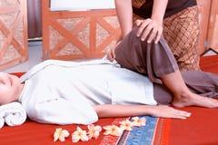μασάζ Ταϊλανδός Οι γυναίκες δίνουν προσοχή στη χαλάρωση και την υγεία Στοκ εικόνες με δικαίωμα ελεύθερης χρήσης
