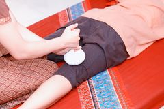 μασάζ Ταϊλανδός Οι γυναίκες δίνουν προσοχή στη χαλάρωση και την υγεία Στοκ Εικόνες