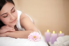 Μασάζ SPA για τη γυναίκα Θεράπων που τρίβει το θηλυκό σώμα με το πετρέλαιο Aromatherapy Όμορφο υγιές ευτυχές κορίτσι που χαλαρώνε Στοκ εικόνα με δικαίωμα ελεύθερης χρήσης