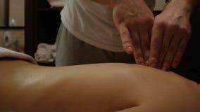 Μασάζ SPA της θηλυκών σπονδυλικής στήλης και της πλάτης φιλμ μικρού μήκους