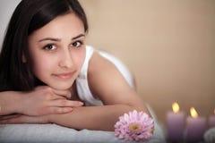 Μασάζ SPA Beautiful Brunette Gets Spa επεξεργασία στο σαλόνι Στοκ Εικόνες