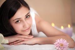 Μασάζ SPA Beautiful Brunette Gets Spa επεξεργασία στο σαλόνι Στοκ φωτογραφία με δικαίωμα ελεύθερης χρήσης