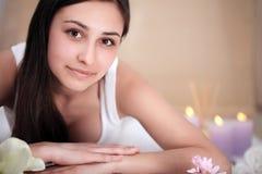 Μασάζ SPA Beautiful Brunette Gets Spa επεξεργασία στο σαλόνι Στοκ εικόνες με δικαίωμα ελεύθερης χρήσης
