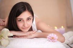 Μασάζ SPA Beautiful Brunette Gets Spa επεξεργασία στο σαλόνι Στοκ φωτογραφίες με δικαίωμα ελεύθερης χρήσης