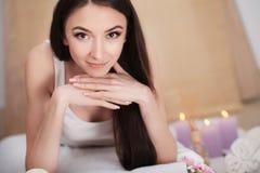 Μασάζ SPA Beautiful Brunette Gets Spa επεξεργασία στο σαλόνι Στοκ εικόνα με δικαίωμα ελεύθερης χρήσης