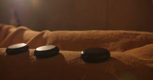 Μασέρ που βάζει τις καυτές πέτρες στο σώμα απόθεμα βίντεο
