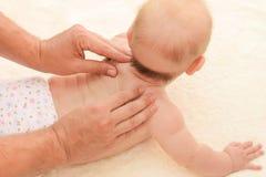 Μασέρ που κάνει το μασάζ λίγο μωρό Στοκ φωτογραφία με δικαίωμα ελεύθερης χρήσης