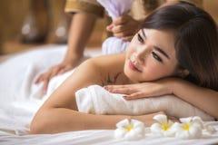 Μασέρ που κάνει το μασάζ στο σώμα γυναικών της Ασίας Στοκ φωτογραφία με δικαίωμα ελεύθερης χρήσης