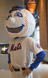 Μασκότ των New York Mets, ο κ. Συνερχόμενος, στην επίδειξη στον τομέα Citi Στοκ εικόνα με δικαίωμα ελεύθερης χρήσης