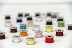 Μασούρια μετάλλων με το χρωματισμένο νήμα Στοκ φωτογραφίες με δικαίωμα ελεύθερης χρήσης