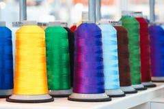 Μασούρια με το χρωματισμένο νήμα για τις βιομηχανικές υφαντικές μηχανές στοκ εικόνες