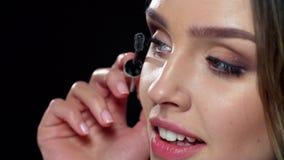 μαστίγια μακροχρόνια Γυναίκα που εφαρμόζει Mascara στην κινηματογράφηση σε πρώτο πλάνο Eyelashes απόθεμα βίντεο