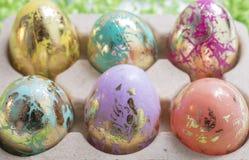 Ματαιωμένα και ζωηρόχρωμα αυγά Πάσχας στο ροζ, Aqua, κίτρινο, πορτοκάλι Στοκ εικόνα με δικαίωμα ελεύθερης χρήσης
