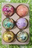 Ματαιωμένα και ζωηρόχρωμα αυγά Πάσχας στο ροζ, Aqua, κίτρινο, πορτοκάλι Στοκ Εικόνες