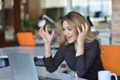 Ματαιωμένηη γυναίκα που κραυγάζει στο lap-top της Στοκ Εικόνες