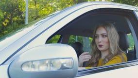 Ματαιωμένη γυναίκα που κολλιέται σε μια κυκλοφοριακή συμφόρηση Το κορίτσι στο αυτοκίνητο είναι κολλημένο σε μια κυκλοφοριακή συμφ απόθεμα βίντεο
