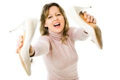 Ματαιωμένη γυναίκα που πηγαίνει να ρίξει μακριά τα υψηλά τακούνια της στοκ εικόνες