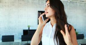 Ματαιωμένη θηλυκή εκτελεστική ομιλία στο κινητό τηλέφωνο 4k απόθεμα βίντεο