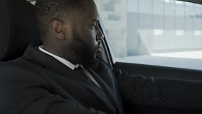 Ματαιωμένη και απογοητευμένη με τα προβλήματα η συνεδρίαση ατόμων στο αυτοκίνητο συνέχυσε τι να κάνει απόθεμα βίντεο
