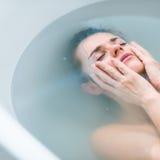 Ματαιωμένη νέα γυναίκα που βάζει στην μπανιέρα Στοκ εικόνες με δικαίωμα ελεύθερης χρήσης