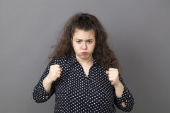 Ματαιωμένη νέα γυναίκα που μουτρώνει για την απογοήτευση στοκ εικόνα