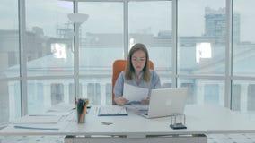 Ματαιωμένη νέα γυναίκα που προσπαθεί να εργαστεί σκληρά Αλλά κανένα αγαθό απόθεμα βίντεο