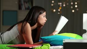 Ματαιωμένος έφηβος που μελετά ένα δύσκολο μάθημα στο σπίτι φιλμ μικρού μήκους
