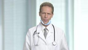 Ματαιωμένος αρσενικός γιατρός στο θολωμένο υπόβαθρο απόθεμα βίντεο