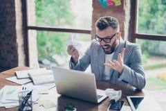 Ματαιωμένος γενειοφόρος brunet επιχειρηματίας, που φωνάζει στο lap-top του μέσα Στοκ Φωτογραφίες