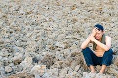 Ματαιωμένος και λυπημένος νεαρός άνδρας χωρίς μια συνεδρίαση πουκάμισων στο άγονο γ Στοκ Φωτογραφίες