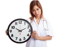 Ματαιωμένος νέος ασιατικός θηλυκός γιατρός με ένα ρολόι Στοκ Εικόνα