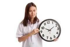 Ματαιωμένος νέος ασιατικός θηλυκός γιατρός με ένα ρολόι Στοκ Εικόνες