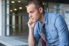 Ματαιωμένος νέος, όμορφος επιχειρηματίας Στοκ εικόνα με δικαίωμα ελεύθερης χρήσης