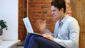 0 ματαιωμένος νεαρός άνδρας που εργάζεται στο lap-top απόθεμα βίντεο
