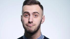 Ματαιωμένος νεαρός άνδρας συγκινήσεις ενός στις άσπρες υποβάθρου Έννοια των συγκινήσεων φιλμ μικρού μήκους