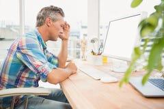 Ματαιωμένος περιστασιακός σχεδιαστής που χρησιμοποιεί τον υπολογιστή στοκ εικόνες