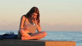 Ματαιωμένος σπουδαστής που μελετά ένα δύσκολο μάθημα απόθεμα βίντεο