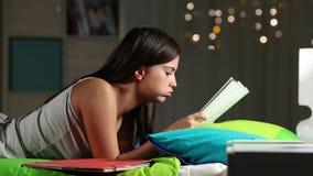 Ματαιωμένος σπουδαστής που προσπαθεί να καταλάβει το μάθημα φιλμ μικρού μήκους