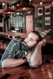 Ματαιωμένος φιλοξενούμενος μπαρ που φυσά το κέρατο κομμάτων του στοκ εικόνα με δικαίωμα ελεύθερης χρήσης