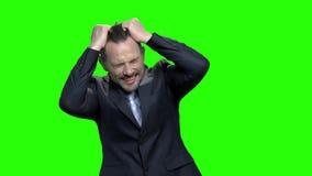 Ματαιωμένος ώριμος επιχειρηματίας που τραβά την τρίχα του απόθεμα βίντεο