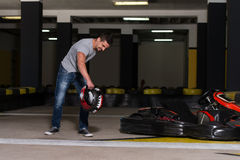 Ματαιωμένο άτομο στο παιχνίδι Karting Στοκ Εικόνα